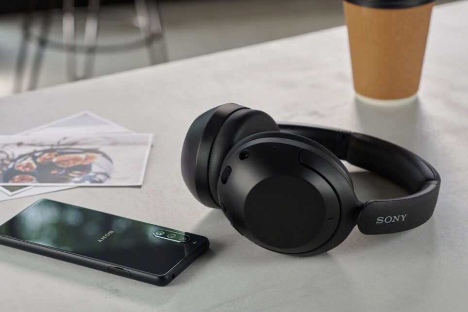 Słuchawki bezprzewodowe Sony: WF-C500 i WH-XB910N